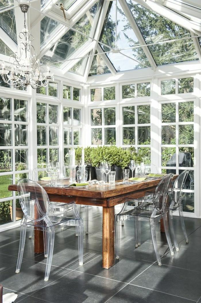 1-la-plus-belle-véranda-avec-chaises-plastique-transparentes-table-en-bois-chaises-de-jardin