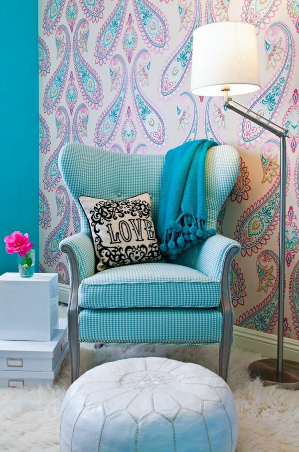 1-lampe-liseuse-a-poser-fauteuil-bleu-mur-coloré-fleur
