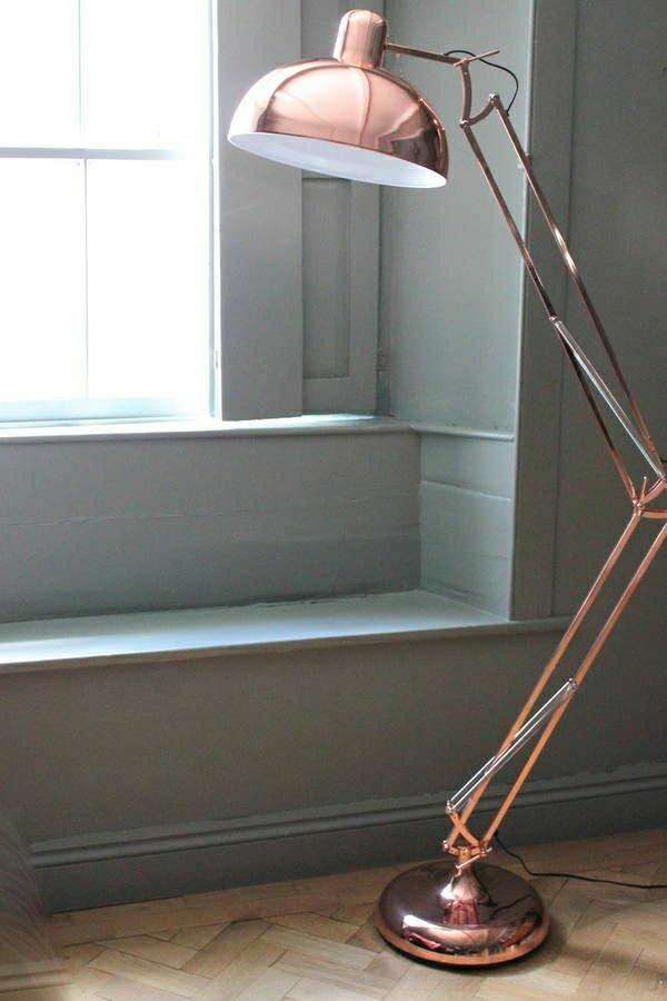 1-lampe-liseuse-or-rose-fenetre-murs-gris-salon-vintage