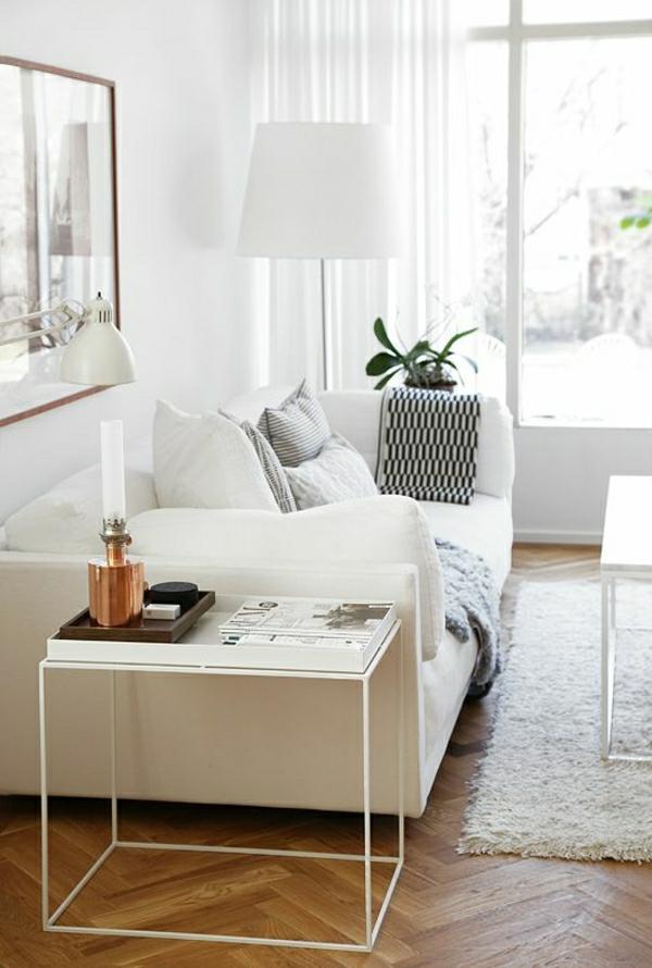 1-lampe-pour-lire-blanche-fauteuil-blanc-tapis-blanc-sol-en-parquet-peinture-fenetre-grande