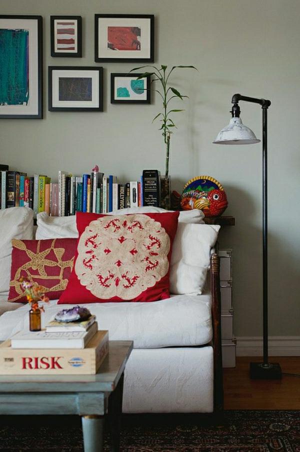 1-lampe-pour-pour-lire-salon-confortable-canapé-blanc-livres-peintures-murales-plante-verte