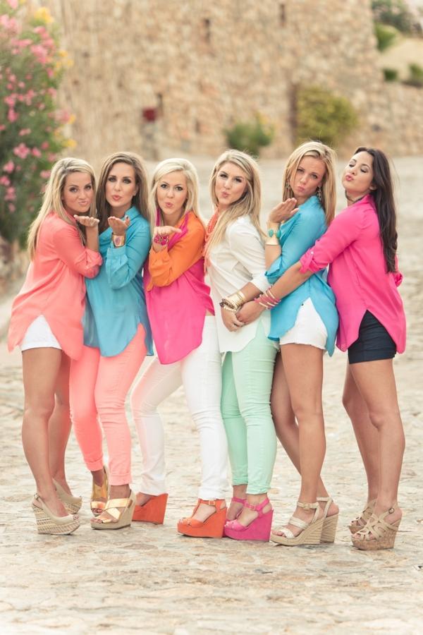 1-les-filles-avec-sandales-platforme-chemise-coloré-mode
