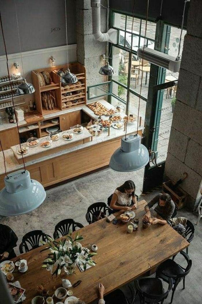 1-loft-atelier-maison-grande-table-en-bois-lustre-suspendu-resto-fleurs