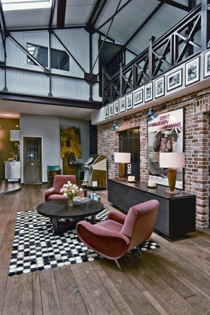 1-loft-atelier-maison-vaste-salon-vaste-fauteuil-rose-tapis-blanc-noir-table-basse-de-salon
