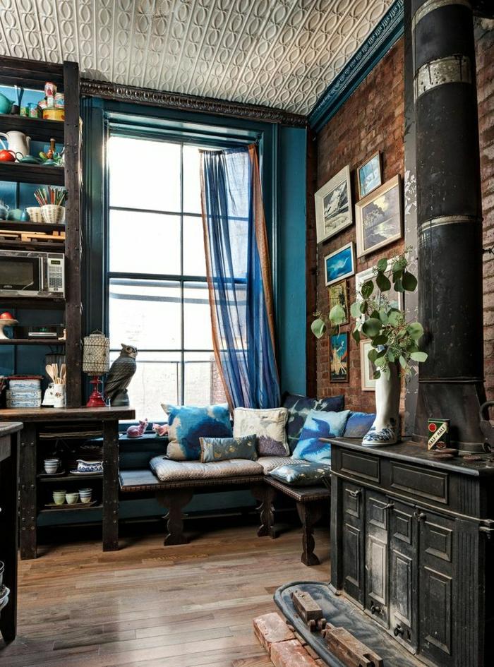 1-maison-atelier-salon-vaste-sol-en-parquet-meuble-en-bois-foncé-plante-verte