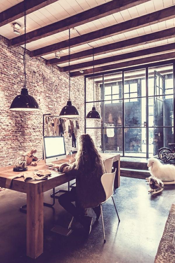 1-maison-insolite-table-et-chaise-en-bois-intérieur-moderne-meubles-industriels