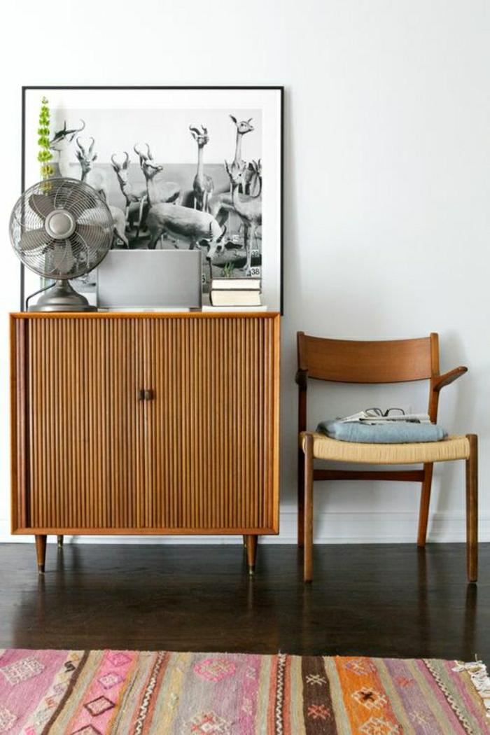 1-meuble-console-en-bois-commode-tapis-coloré-sol-en-parquet-foncé-idée-aménagement