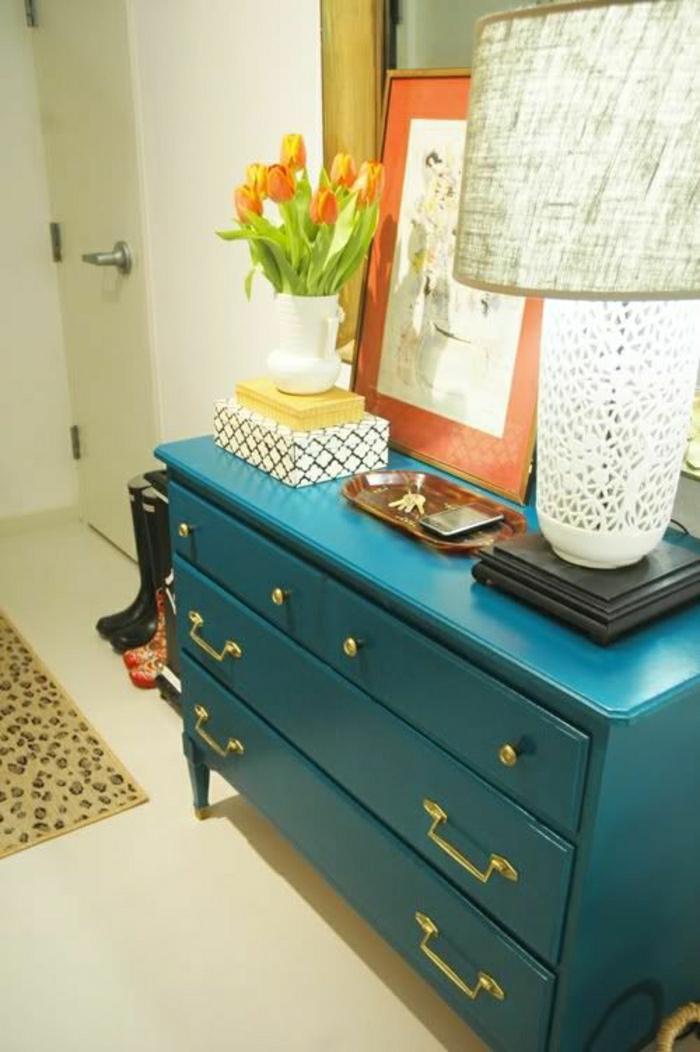 1-meuble-d-appoint-commode-en-bois-bleu-fleurs-lampe-décorative-blanche