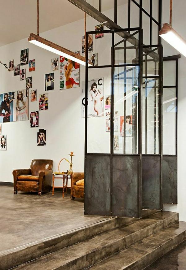 1-meubles-industriels-salon-vaste-porte-coulissante-en-fer-glace-canapés-en-cuir