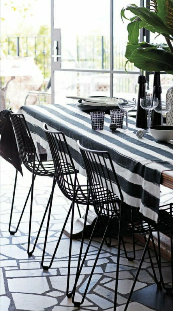 1-nappe-aux-rayures-blanc-noir-plantes-vertes-decoration-de-table-chaise-en-fer-noir