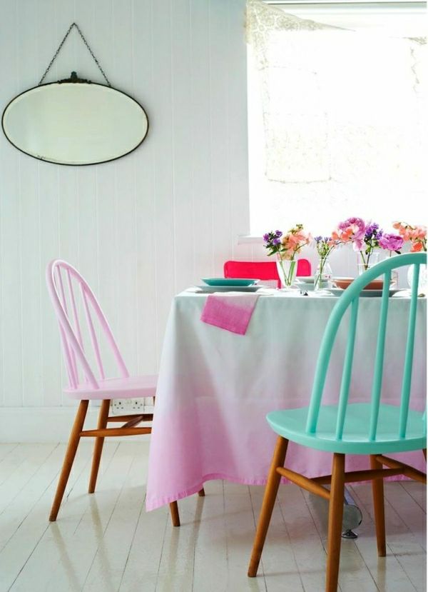 1-nappe-blanche-rose-nappe-de-table-fleurs-décoration-de-table-set-de-table-coloré-chaises