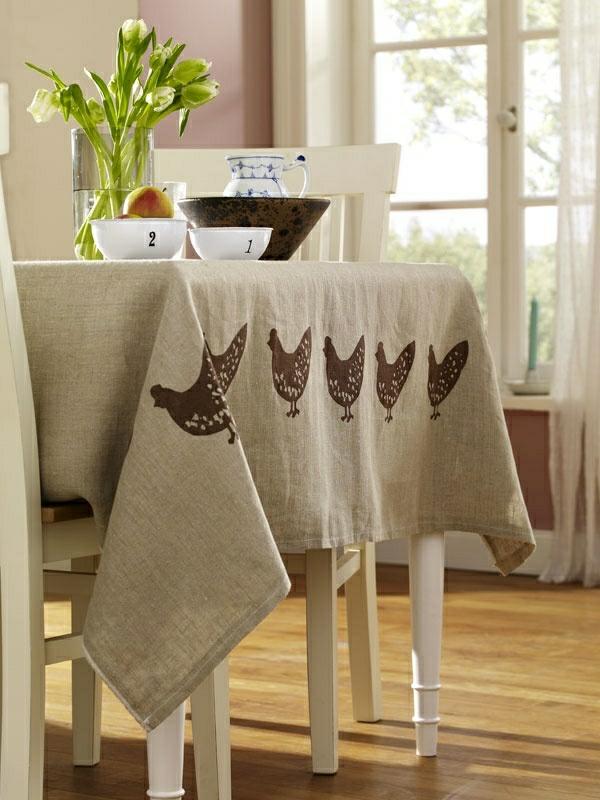 1-nappe-de-lin-beige-fleurs-chaise-en-bois-blanc-cuisine-moderne