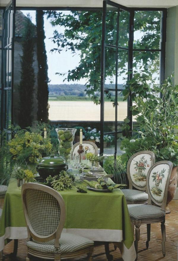 1-nappe-de-table-vert-set-de-table-sol-carrelage-chaises-pour-la-table-salle-de-séjour
