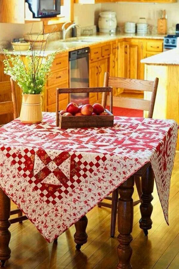 1-nappe-rouge-blanche-salle-de-séjour-de-style-rstique-fleurs-de-table