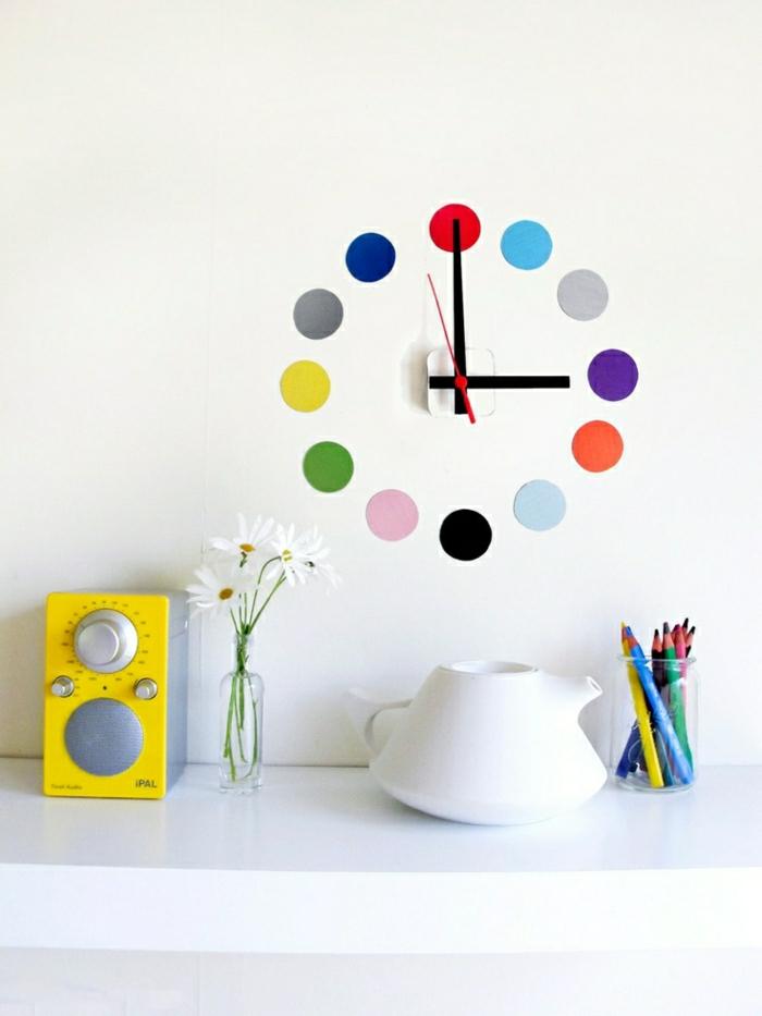 1-pendule-murale-coloré-mur-blanc-fleurs-idée-horloge-design-murale