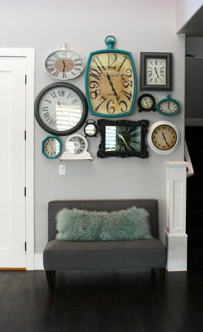 1-pendule-murale-varaintes-multiples-colorés-canapé-gris-salon-moderne