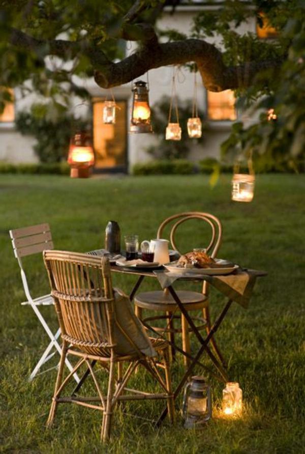 1-petite-table-de-jardin-en-bois-chaise-en-bois-petit-jardin