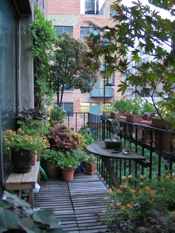 1-petite-table-de-terrasse-jardin-fleurs-idée-aménager-petit-espace