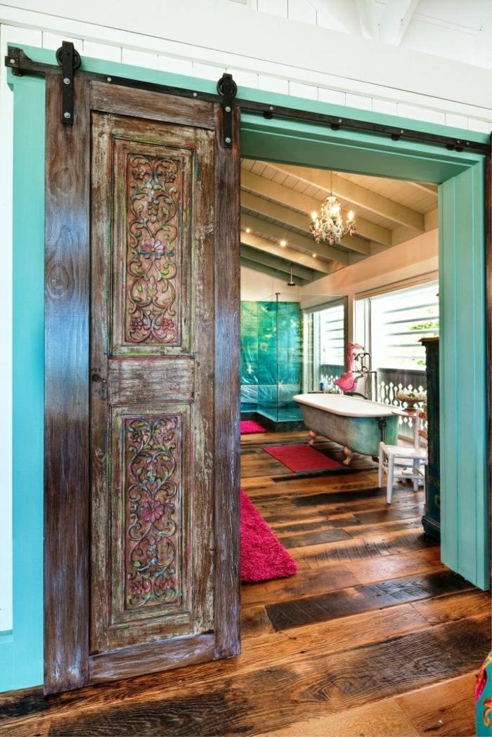 1-porte-en-bois-coulissante-salle-de-bain-sol-en-bois-baignoire-tapis-rouge