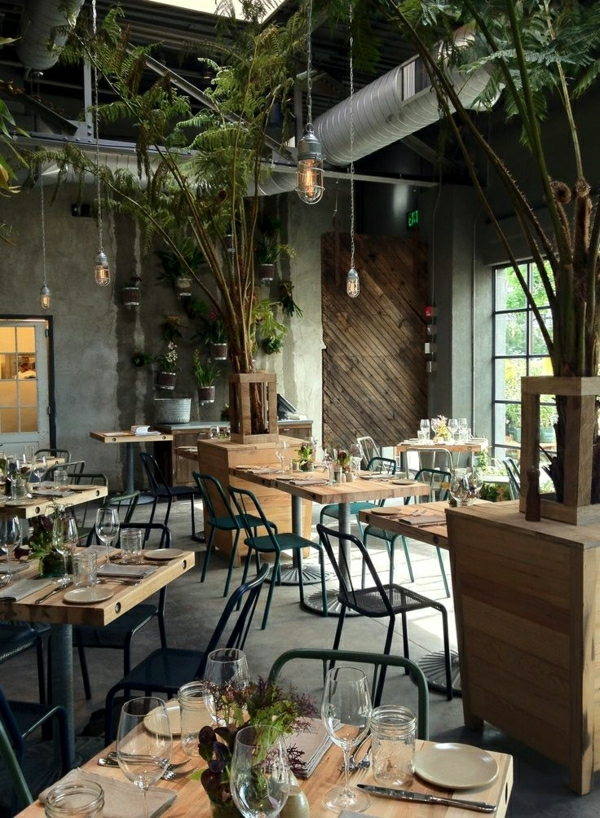 1-resto-industriel-chaise-en-fer-forgé-table-en-bois-industrielle-restaurant