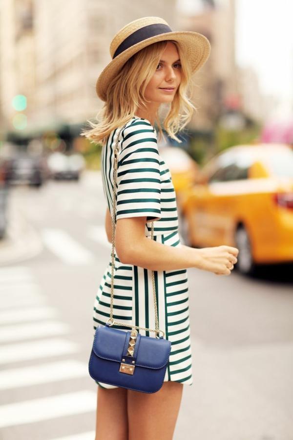 1-robe-mi-court-demme-blonde-sac-à-main-bleu-chapeau-de-paille