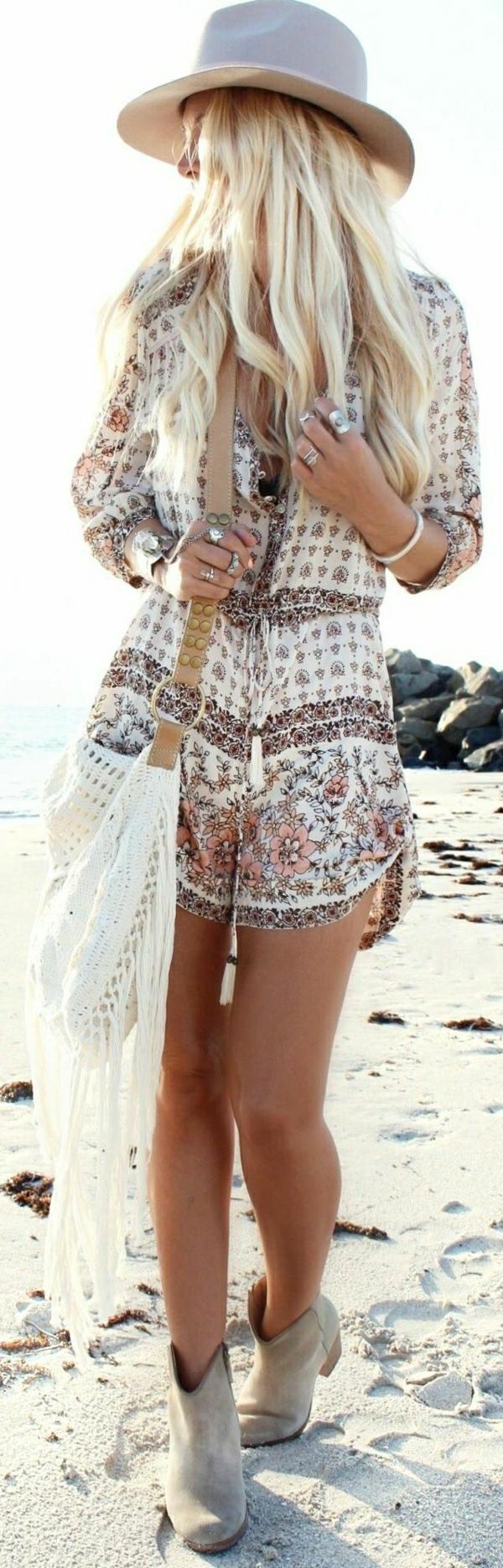 1-sac-a-plage-femme-blonde-chapeau-de-plage-tenue-coloré