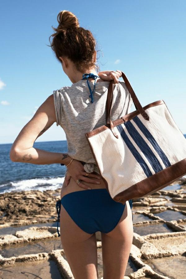 1-sac-a-plage-maillot-de-bain-mode-femme-au-bord-de-la-mer
