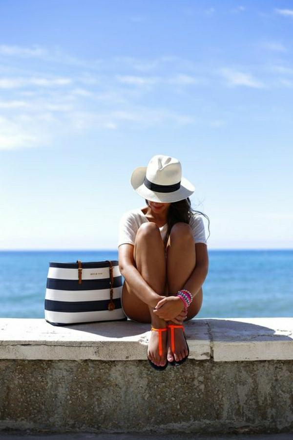 1-sac-de-plage-élégant-rayures-bleu-blanc-chapeau-de-plage