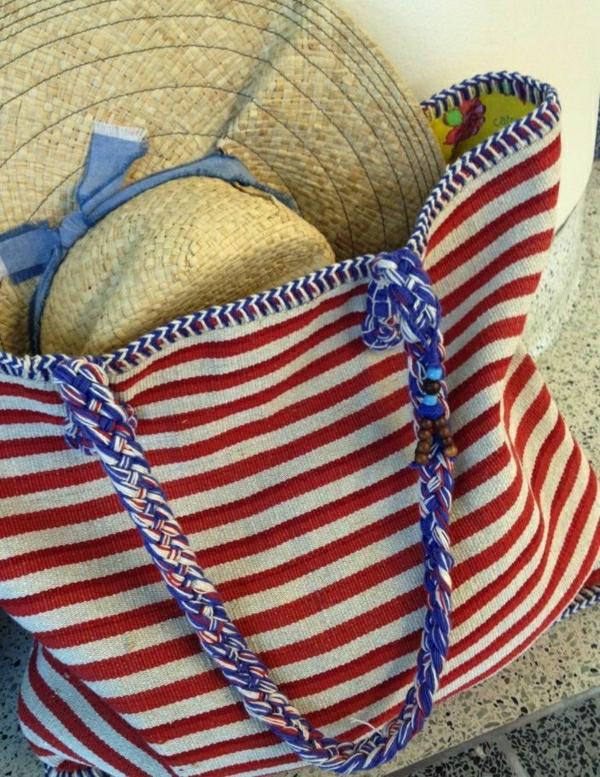 1-sac-de-plage-en-tissu-rouge-blanc-bleu-chapeau-en-paille