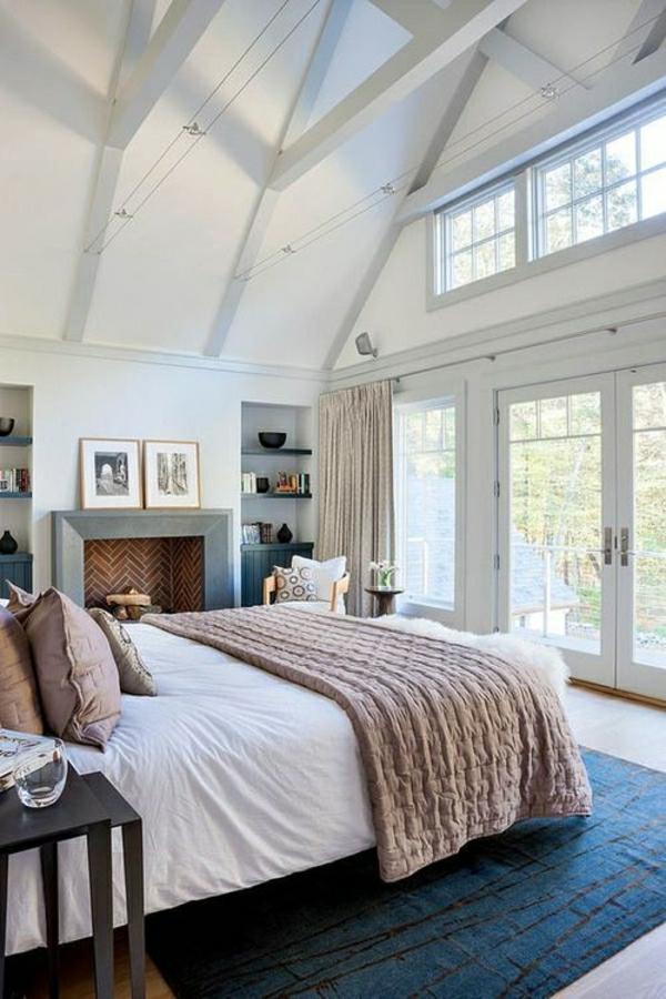 1-salle-a-coucher-cocooning-tapis-bleu-fenetre-grand-mur-en-verre-lit-coussins