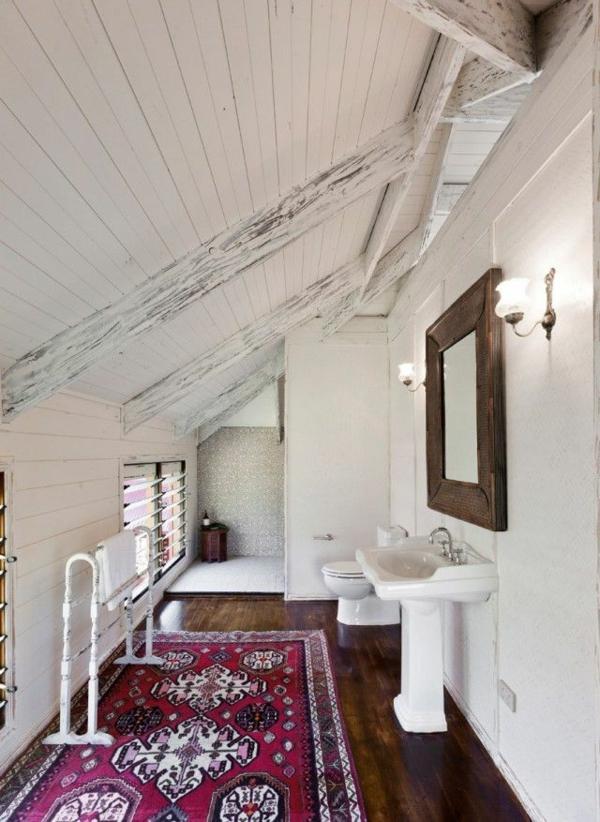 1-salle-de-bain-sous-le-toit-tapis-rouge