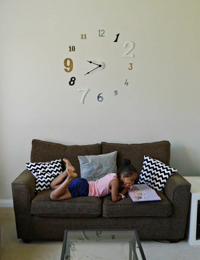 1-salle-de-séjour-salon-moderne-mur-blanc-horloge-murale-élégante-pendule-murale-canapé