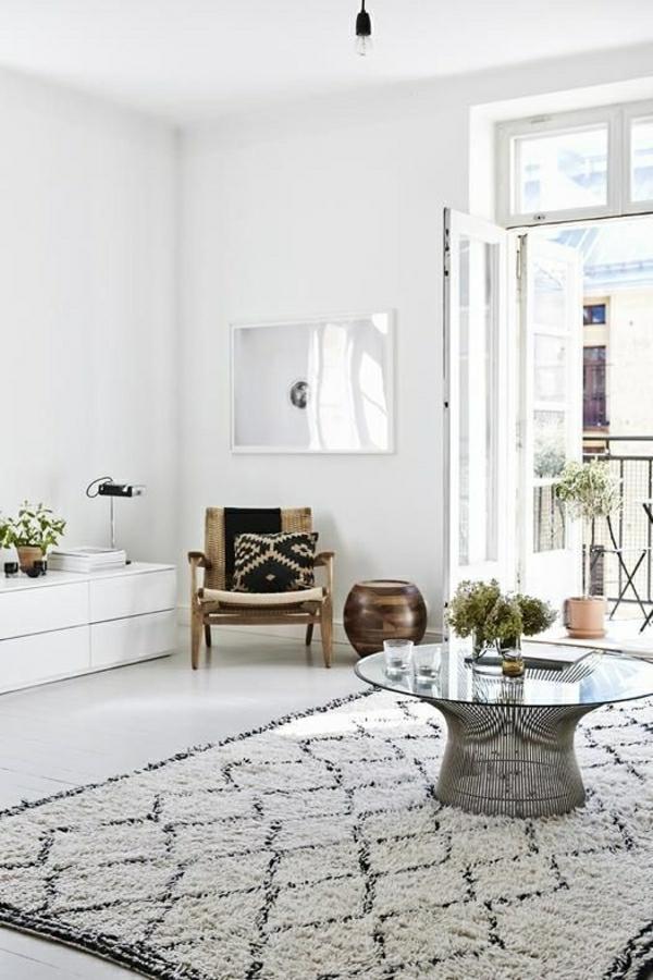1-salon-blanc-deco-cocooning-tapis-blanc-noir-petite-table-basse-en-verre-plantes-vertes