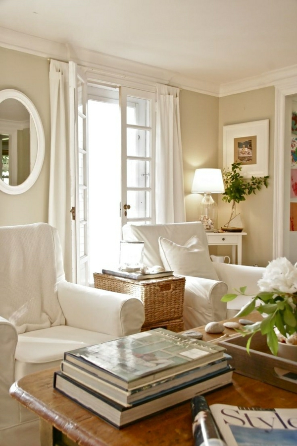 1-salon-cocooning-fauteuil-blanc-table-en-bois-décorative-miroir