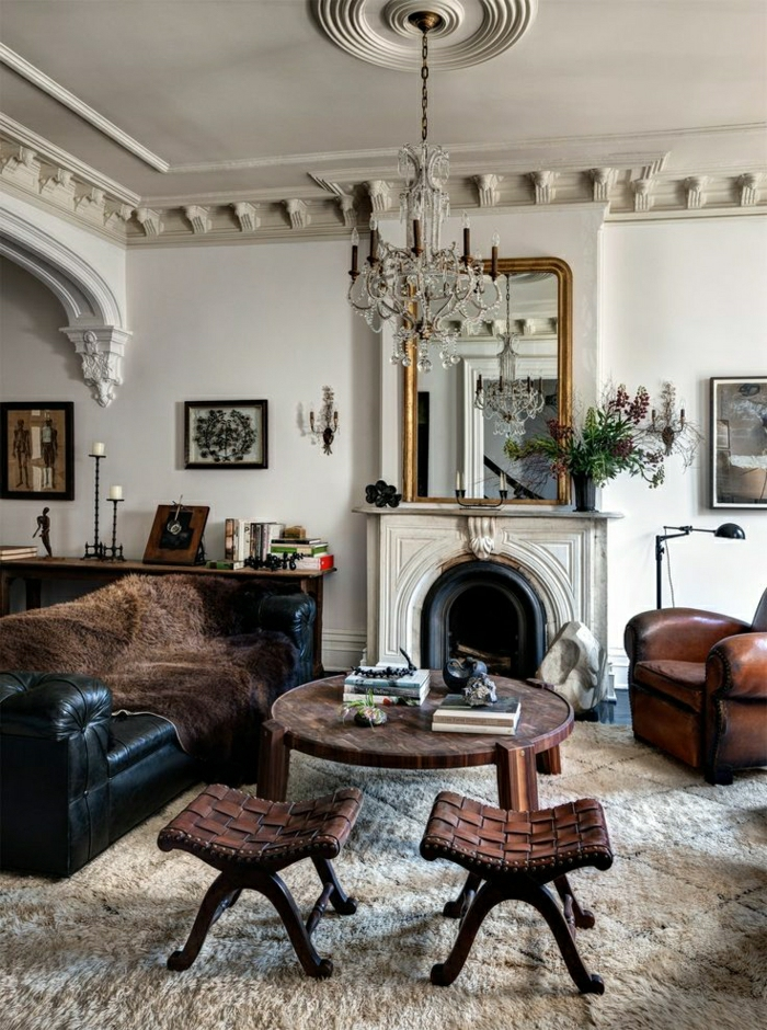 1-salon-de-luxe-meubles-en-cuir-noir-cheminée-tapis-beige-miroir-lustre-chaises