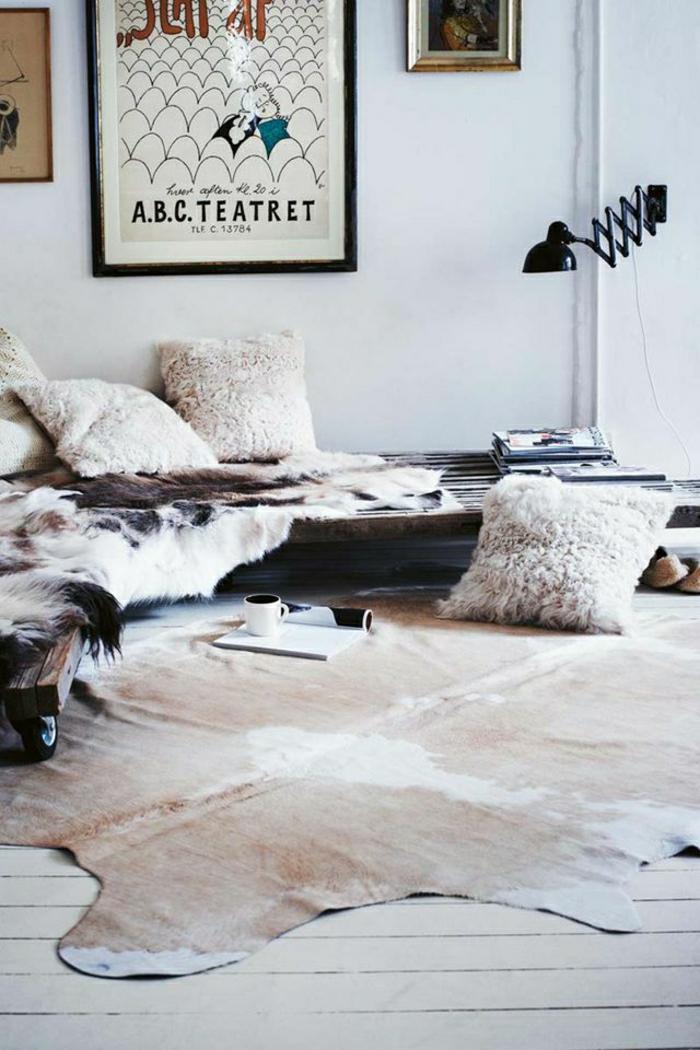 1-salon-en-cuir-animal-peintures-lampe-de-lecture-noire-parquet-murs-blanc