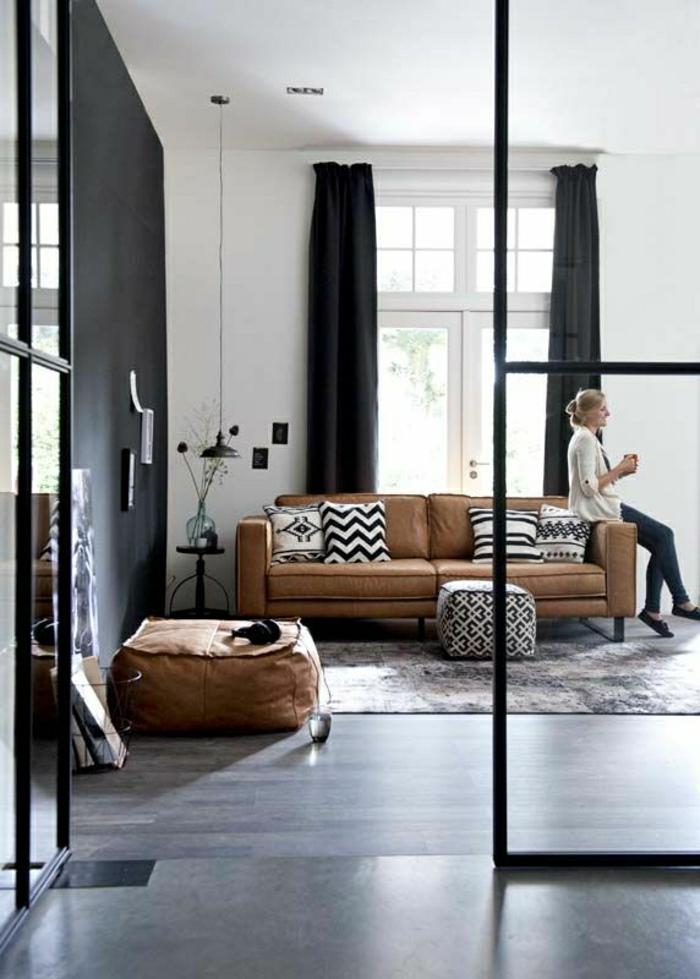 1-salon-en-cuir-marron-femme-rideaux-noirs-rideaux-longs-tapis-sol-parquet-noir