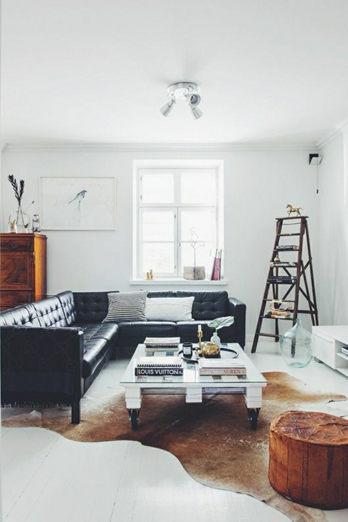 1-salon-en-cuir-noir-tapis-en-cuir-animal-table-basse-en-bois-blanc-intérieur-blanc