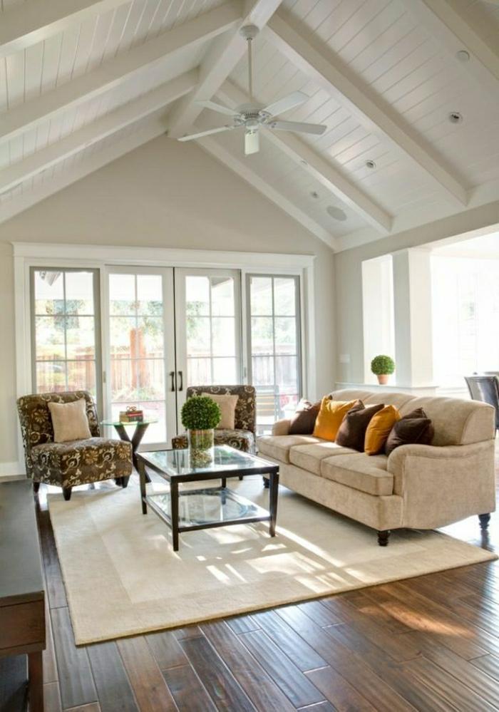 1-salon-vaste-lustre-plafonnier-ventilateur-toit-en-planchers-sol-en-parquet