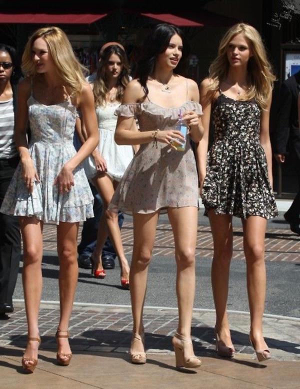 1-sandales-compensées-en-cuir-beige-mode-femme-robe-courte-ete