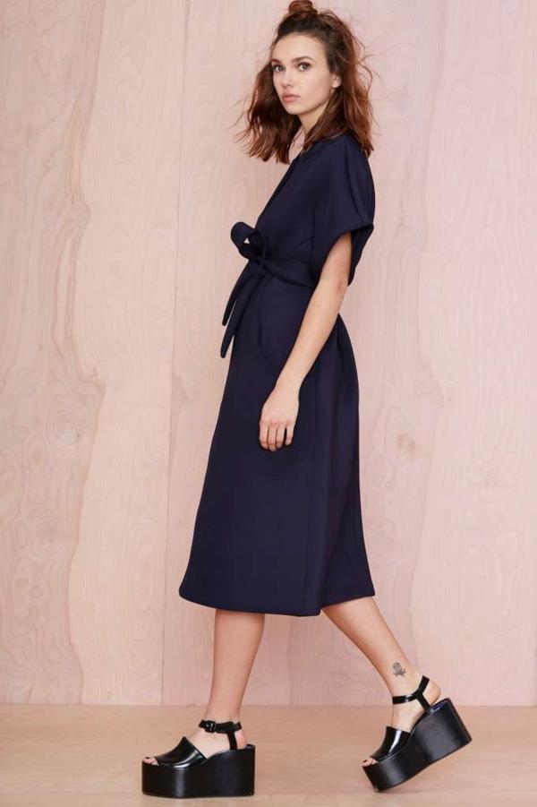 1-sandales-compensées-noirs-femme-robe-longue-noire-fille-modèle-belle
