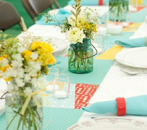 1-set-de-table-blanc-bleu-fleurs-bleus-mariage-occasion-special-nappe-colorée-fleurs