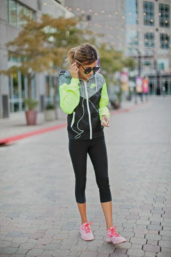 1-sport-sweatshirt-nike-femme-marcher-sur-la-rue-lunettes-de-soleil