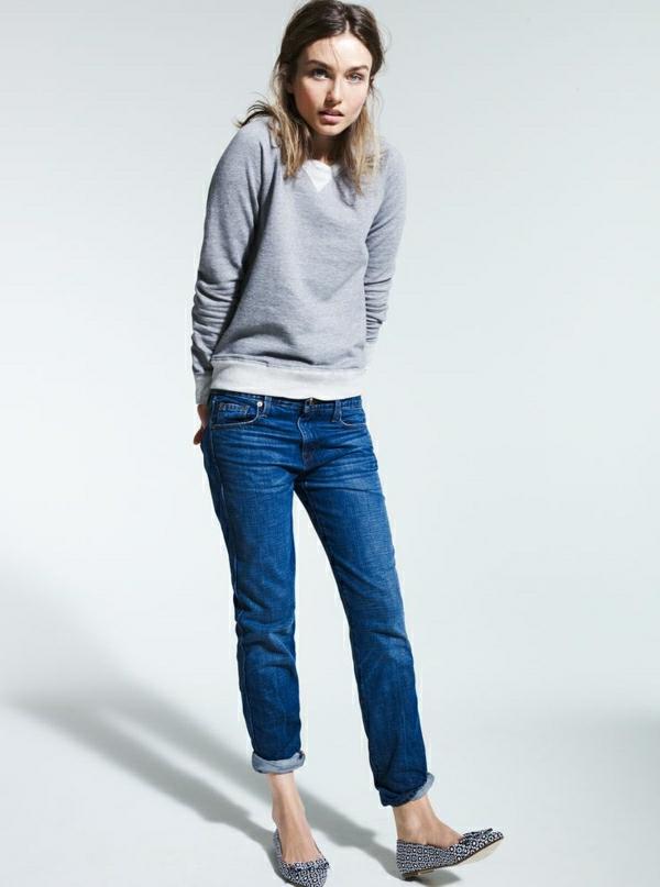 1-sweatshirt-gris-femme-denim-bleu-cheveux-courts-fille