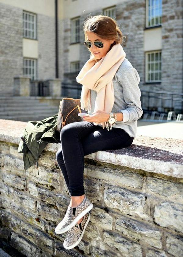 1-sweatshirt-gris-femme-denim-noir-mode-jean-lunettes-de-soleil