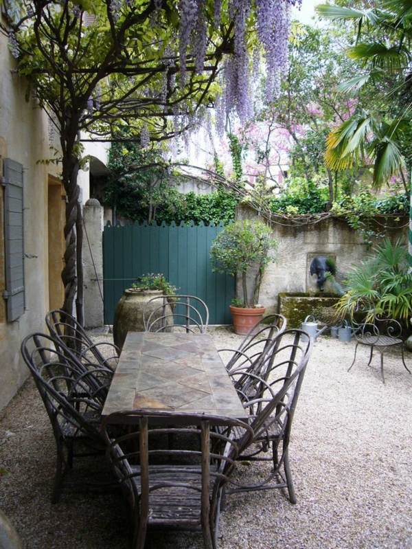 70 photos de tables de jardin qui vont transformer la cour for Jardin gravier blanc