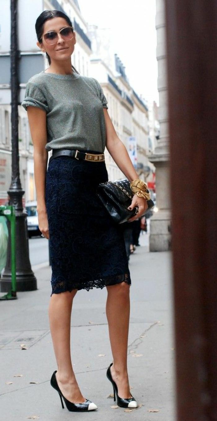 1-une-femme-élégante-avec-une-jupe-mi-longue-noir-lunettes-de-soleil-t-shirt-gris