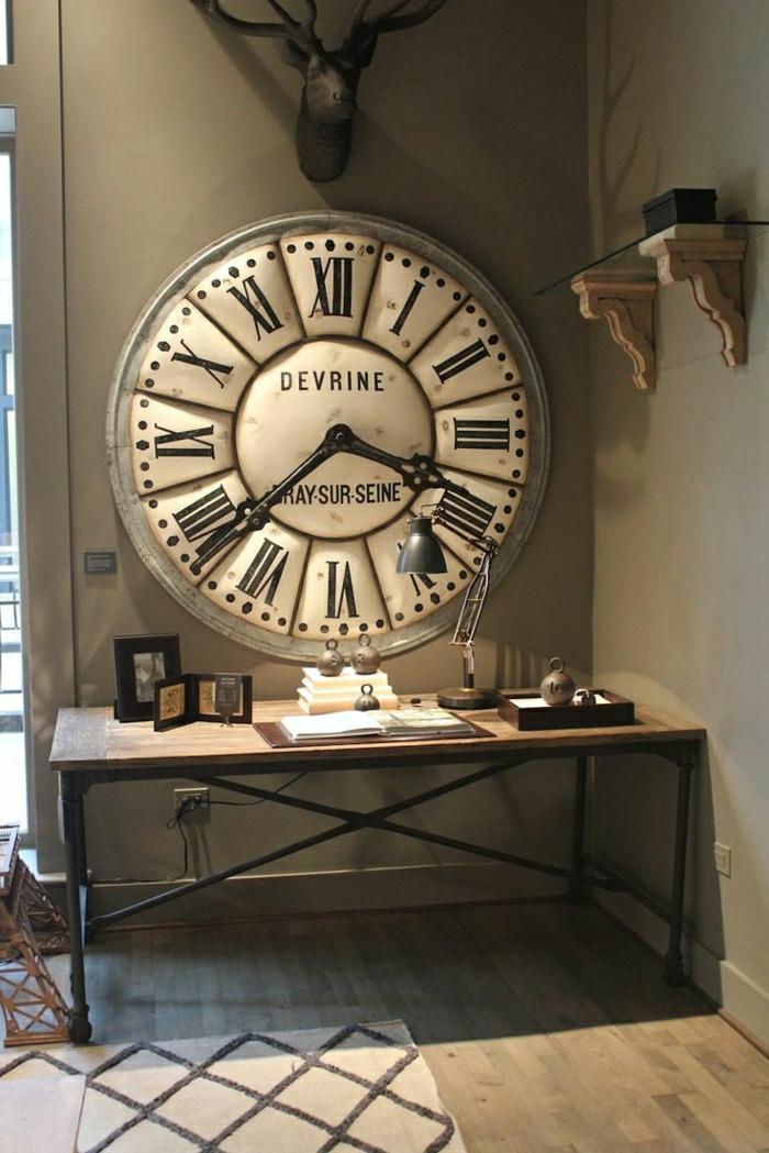 1-une-grande-horloge-murale-horloge-vintage-mur-gris-sol-en-lin