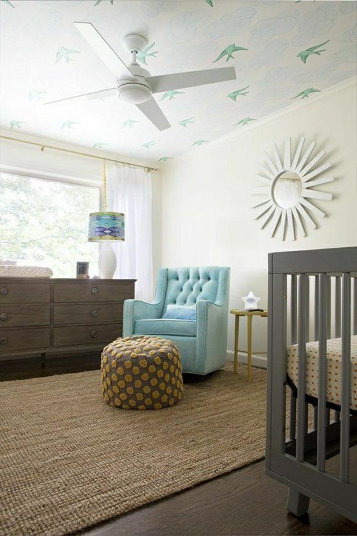 1-ventilateur-de-plafond-chambre-bébé-canapé-bleu-lit-enfant-sol-en-bois