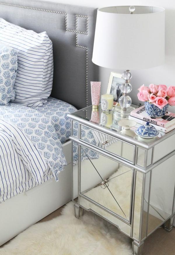 3-table-chevet-chambre-à-coucher-fleurs-lampe-bougies-lingne-lit